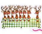 Grupo de renos navideños esperando la comida