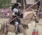Caballero con armadura y con su lanza preparada montado sobre su caballo también protegido con armadura