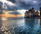 Castillo o torre fortificada rodeada por un lago