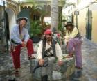 Tres piratas, el capitán y sus ayudantes