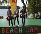 Los hermanos Shane (Joe Jonas), Nate (Nick Jonas) y Jason Grey (Kevin Jonas) cantando en el Beach Jam de Camp Rock