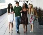 Troy Bolton (Zac Efron) junto a sus amigas Gabriella Montez (Vanessa Hudgens), Taylor (Monique Coleman) y  Sharpay Evans (Ashley Tisdale)