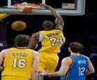 Jugador de baloncesto realizando un mate