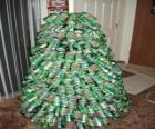 Árbol navideño hecho con latas de refrescos