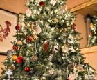 Árbol navideño con adornos
