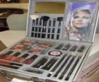 Estuche de maquillaje con coloretes y pinceles