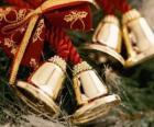 Campanas navideñas adornadas con cintas