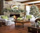 Hogar con el fuego encendido y con la decoración navideña