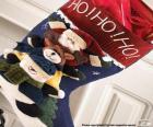 Calcetín navideño con adornos y con regalos