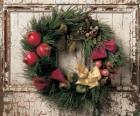 Corona de Navidad colgada en la puerta de una casa