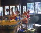 Duende navideño trabajando en la fabricación de juguetes