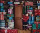 Niña entrando en una habitación llena de regalos