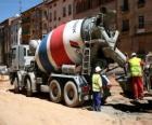Camión hormigonera en la obra