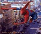 Spider Man se desplaza de manera muy rápida y ágil por la ciudad balanceándose con su tela de araña