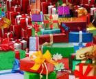 Montón de regalos de Navidad con preciosos lazos