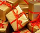 Montón de regalos de Navidad con lazos rojos