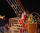 Papá Noel saludando con la mano desde el trineo mágico