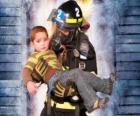 Bombero con un niño en brazos