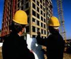 Técnico consultando un plano en la obra de construcción - Arquitecto, aparejador o ingeniero