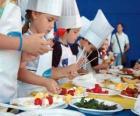 Grupo de niños haciendo de cocineros