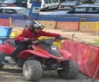 Niña pilotando un quad