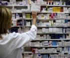 Farmacéutica cogiendo un medicamento