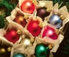 Caja de bolas navideñas