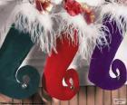 Calcetines de Navidad colgados y llenos de obsequios