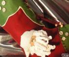 Calcetín navideño decorado con la cara de Papá Noel y unos botones