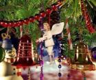 Campanas de Navidad y otros adornos colgados del árbol
