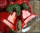 Campanas de Navidad con un gran lazo y unas hojas de abeto