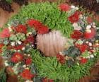 Corona navideña hecha de elementos vegetales