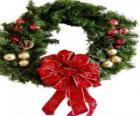 Corona de Navidad adornada con un gran lazo y bolas
