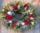 Corona navideña hecha de elementos vegetales varios