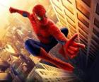 Spiderman saltando entre los edificios de la ciudad balanceándose con su tela de araña