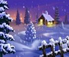Pequeña casa bajo la nevada