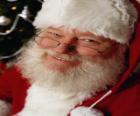 Papá Noel feliz con su sombrero y su larga barba blanca