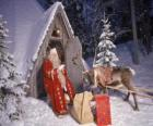 Papá Noel en la puerta de su casa junto a un reno y regalos