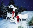 Dos renos de madera con un lazo rojo en una decoración Navideña