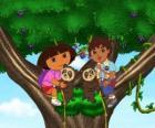 Dora y su primo Diego en un árbol ayudando a dos pequeños ositos