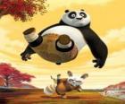 El maestro de Kung Fu Shifu da una patada en el trasero de Po