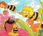 Maya volando junto a Cassandra la maestra llevan un jarrón de miel cada una mientras saludan a sus amigos Wili y Kurt