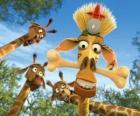 Melman la jirafa, disfrazada bajo la curiosa mirada de otras jirafas