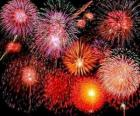 Fuegos artificiales en la celebración de la Nochevieja o la noche de fín de año
