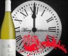 Reloj a las 12 en punto de la noche, una botella de vino y un trineo de Papá Noel