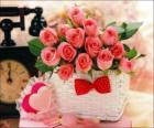 Cesto con rosas rosas y corazones