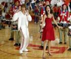 Gabriella Montez (Vanessa Hudgens), Troy Bolton (Zac Efron) cantando y bailando