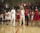 Gabriella Montez (Vanessa Hudgens), Troy Bolton (Zac Efron), Ryan Evans (Lucas Grabeel), Sharpay Evans (Ashley Tisdale) bailando y cantando