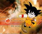 Son Goku, es un niño saiyajin que ha crecido en las montañas aprendiendo artes marciales de su abuelo y que tiene una peculiaridad: su cola.