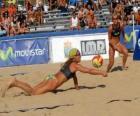 Vóley playa - Jugadora salvando un balón ante la mirada de su compañera